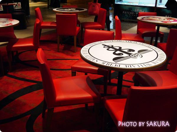 新宿ルミネエスト8F『PSYCHO-PASS LOUNGE(サイコパスラウンジ)』公安デザインのテーブルとイス