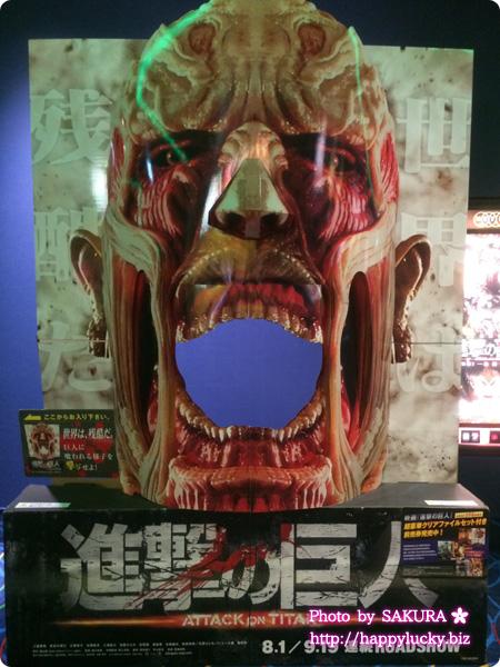 MOVIXさいたまの劇場内 実写映画「進撃の巨人」超大型巨人パネル登場