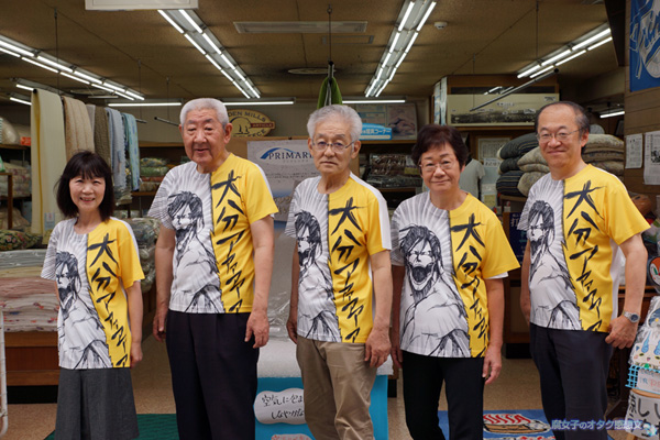 「進撃の巨人展 WALL OITA」 巨人Tシャツを着た商店街の人がいます!