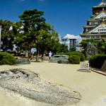 大阪城天守閣前に超大型巨人の足跡が出現「進撃の巨人展 WALL OSAKA」