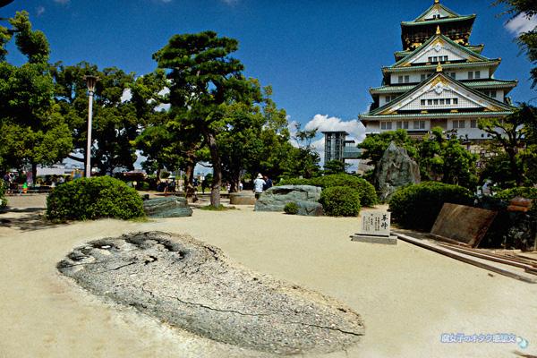 「進撃の巨人展 WALL OSAKA」大阪城公園 天守閣前広場に巨大足跡