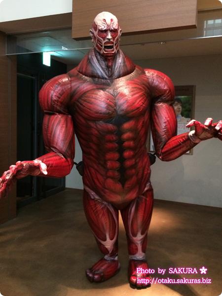 実写映画「進撃の巨人 ATTACK ON TITAN」 舞台挨拶の記念撮影に登場した超大型巨人その1