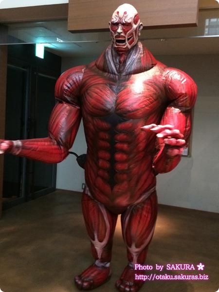 実写映画「進撃の巨人 ATTACK ON TITAN」 舞台挨拶の記念撮影に登場した超大型巨人その2