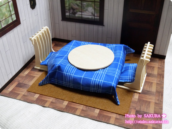 キャンドゥ 背景ボードとウッドクラフト『ちゃぶ台と座椅子二脚』『こたつ布団セット』『座布団2個』 使用例