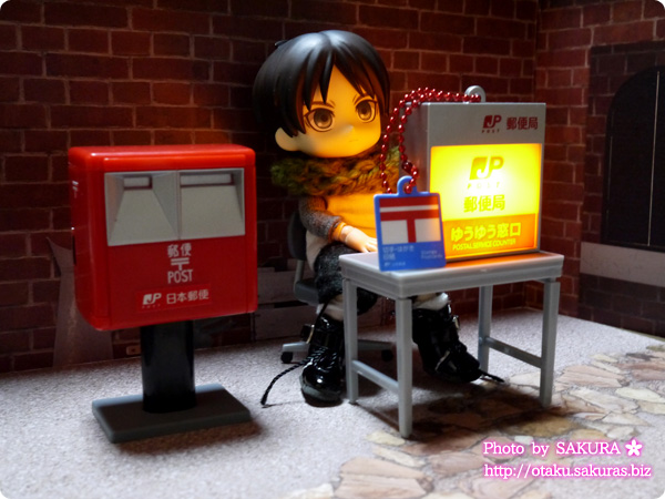 郵便局ガチャコレクション『ゆうゆう窓口サイン看板ライトキーホルダー』と取調室『事務椅子』『事務机とノートPC』オビツ11ボディとの組み合わせ
