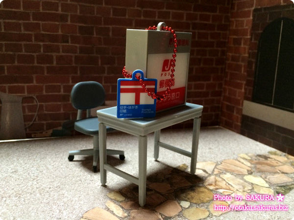 郵便局ガチャコレクション『ゆうゆう窓口サイン看板ライトキーホルダー』と取調室『事務椅子』『事務机とノートPC』の組み合わせがいい