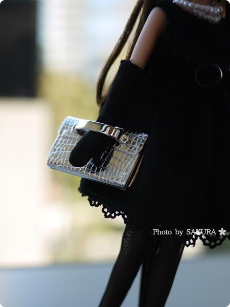 タカラトミー 大人向けリカちゃん 第3弾 リカ スタイリッシュドールコレクション 「ブラックショコラドレス スタイル」シルバーのバッグには持たせやすいハンドル付