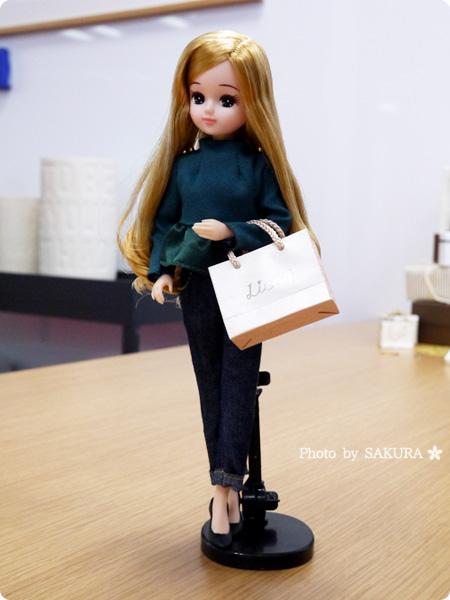 タカラトミー 大人向けリカちゃん 第1弾 リカ スタイリッシュドールコレクション 「オリーブぺプラム スタイル」に紙袋を持たせたお買い物ごっこ