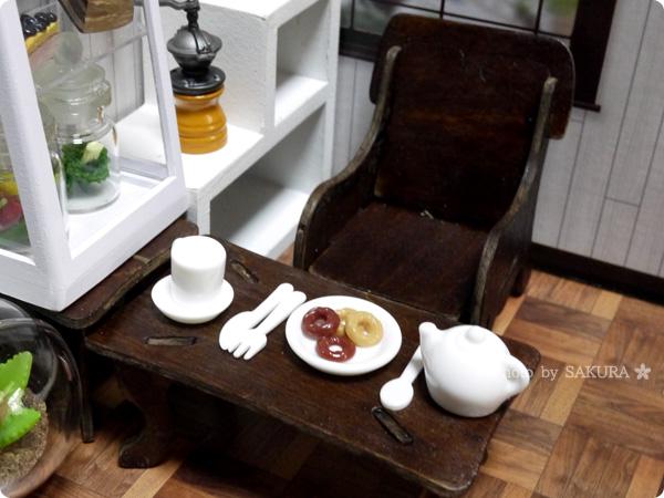 100円ショップキャンドゥウッドクラフトのテーブルにミニチュアセレクション100円でも立派な食器