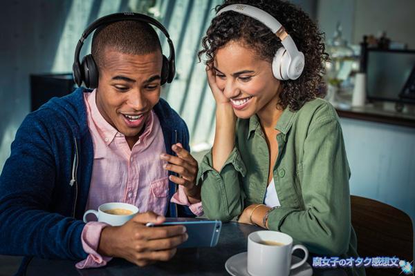 JDL Bluetooth対応「EVEREST300」でアマゾンプライムミュージックをスマホで楽しむ外国人の図