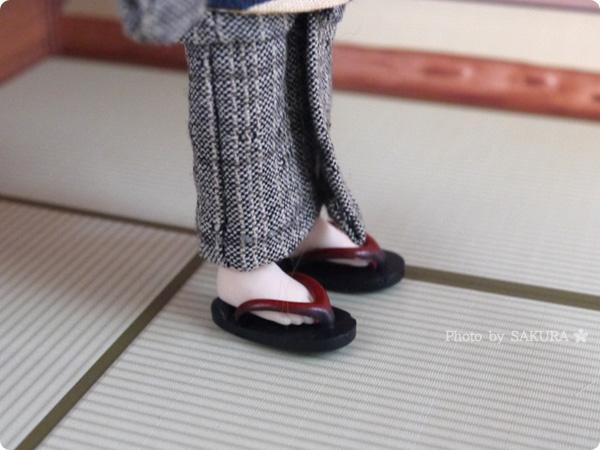 オビツろいど(オビツ11ボディ)にダイソー・エリーちゃんのゆかたセットの下駄を履かせてみた 足元アップ