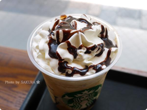 スターバックスコーヒー コーヒー ジェリー & クリーミー バニラ フラペチーノ(チョコレートソーストッピング)アップ