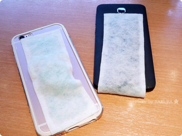 iPhoneとAndroidに冷えピタ・熱さまシート的なものを貼った図