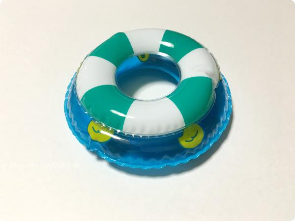 セリア「うきうきアヒル」とクレアーズのアヒルキーホルダーの浮き輪サイズ比較 その2