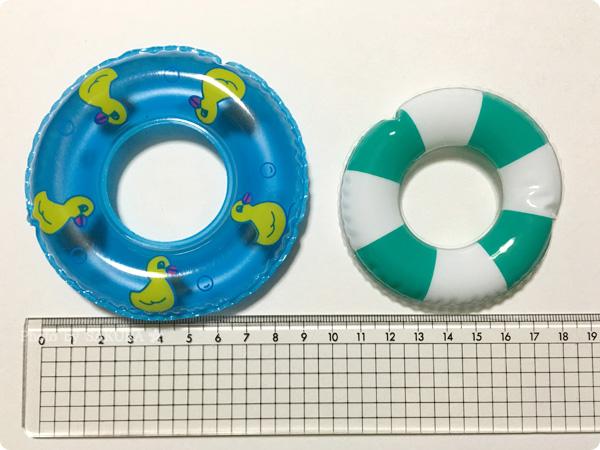 セリア「うきうきアヒル」とクレアーズのアヒルキーホルダーの浮き輪サイズ比較 その1