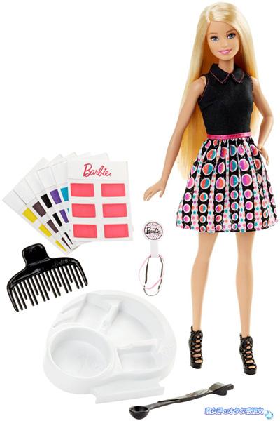 マテル・インターナショナル株式会社「バービー ミキシングカラ―」付属のカラーカードの色を水に溶かしてバービーの髪の毛をカラーリングできる