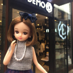 リカちゃん×ITS'DEMO(イッツデモ)コラボ 「イッツデモ」赤坂Bizタワー店前で撮影