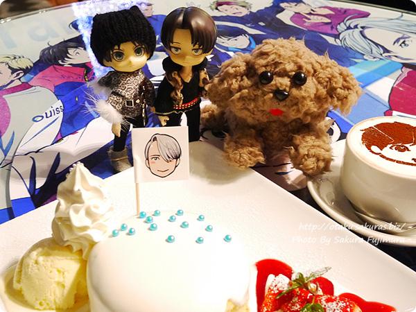 TVアニメ「ユーリ!!! on ICE」コラボカフェ「カフェ!!! on ICE」 連れていったオビツろいどとマッカチンぬいぐるみと記念撮影