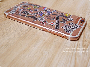 プレイフルマインドカンパニー「ユーリ!!! on ICE」iPhoneハードケース デザインE 勇利&ヴィクトル&ユリオ柄 iPhone6s音量ボタン