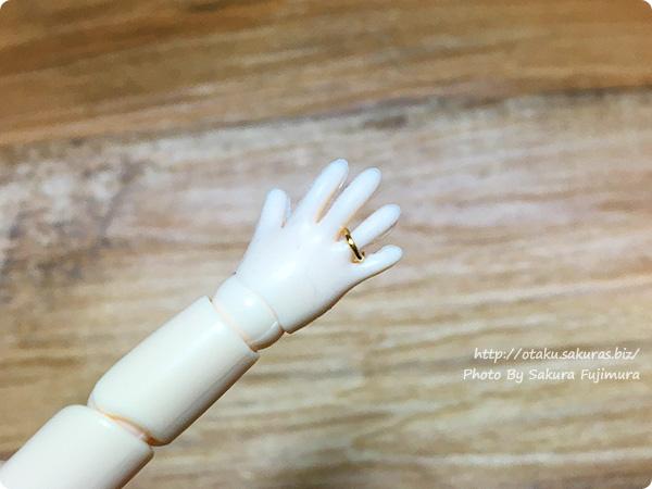 オビツ11ハンドパーツ 右手の薬指にゴールドの指輪がつきました