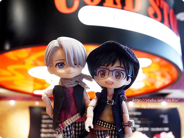 コールド・ストーン・クリーマリー (Cold Stone Creamery)  東京スカイツリー・ソラマチ店 ユーリ!!! on ICEコラボ 東京スカイツリー・ソラマチ店 店内にて オビツろいど勇利とオビツろいどヴィクトル