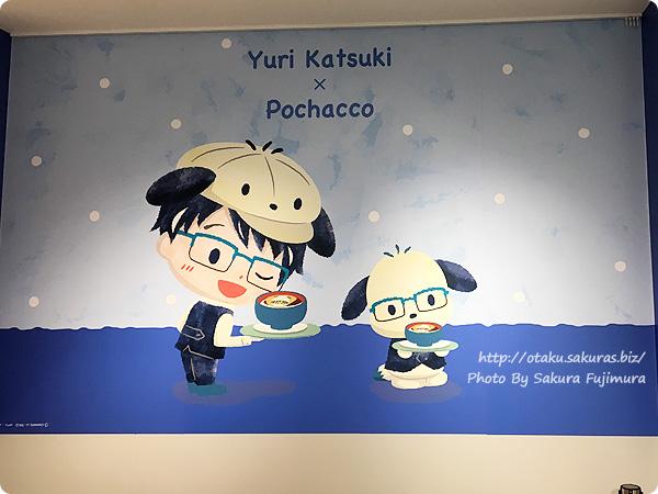 ユーリ!!! on ICE×サンリオ 期間限定コラボカフェ「Yuri on Ice×Sanrio characters Cafe」一階  ポチャッコ勇利