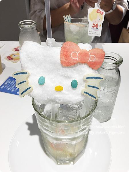 ユーリ!!! on ICE×サンリオ 期間限定コラボカフェ「Yuri on Ice×Sanrio characters Cafe」 ユーリとハローキティのふわふわぁ❤︎こな雪ドリンク