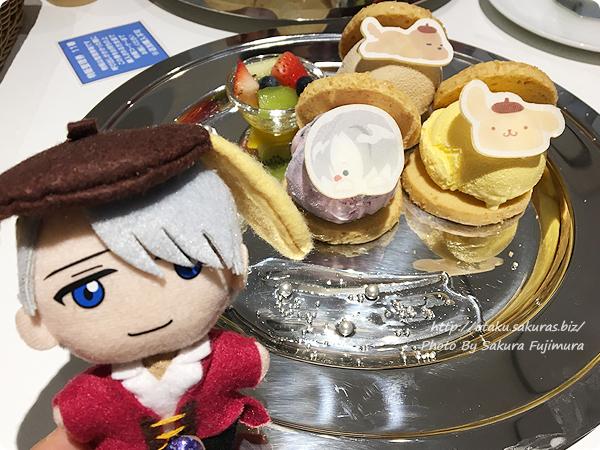 ユーリ!!! on ICE×サンリオ 期間限定コラボカフェ「Yuri on Ice×Sanrio characters Cafe」 ヴィクトルとポムポムプリン&マッカチン 銀盤の3色アイスサンドプレート ヴィクトルぬいぐるみ
