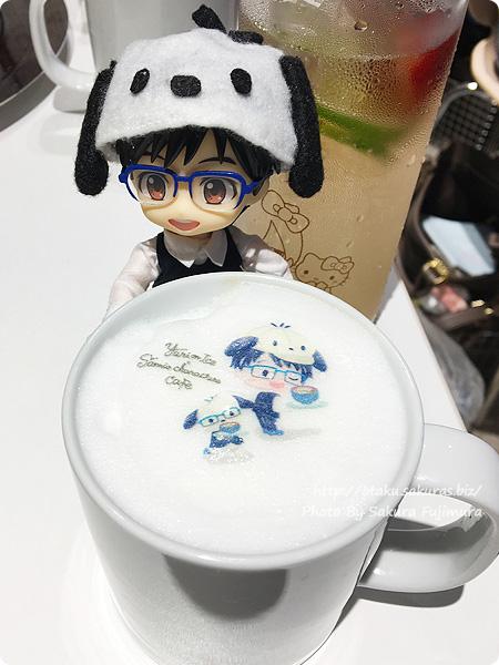ユーリ!!! on ICE×サンリオ 期間限定コラボカフェ「Yuri on Ice×Sanrio characters Cafe」 勇利とポチャッコのもこもこカフェラテ オビツろいどヴィクトルと勇利