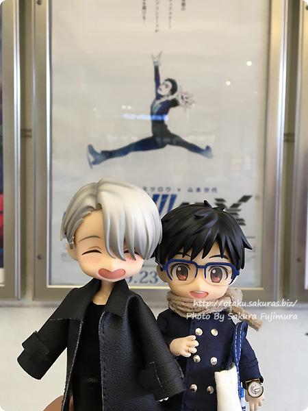 アニメ「ユーリ!!! on ICE」4DX Vol.3 YOIオビツろいどとポスター前にて