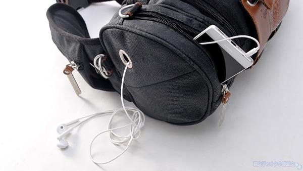 【進撃の巨人×TokyoOtakuMode】立体機動装置型ウエストバッグ「立体機動ポーチ4wayバッグ進撃の巨人モデル」 黒 側面 イヤホンジャック穴あり