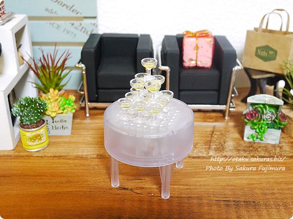 エポック社カプセルコレクション「シャンパンタワー」ガチャガチャ グラスタワー(ゴールド)とイルミネーションテーブル