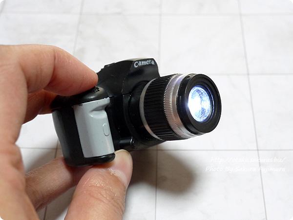 ガチャガチャ「一眼レフカメラ LEDサウンドライト」Black シャッターを押すとフラッシュが光る