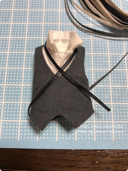 オビツ11ボディ用に作った袖なしシャツとベストにリボンをつける