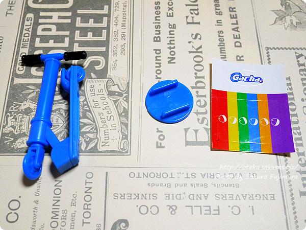 タカラトミーのガチャガチャ「ガチャぶんのいち シリーズ ミニキックスケーター」 ブルーの中身