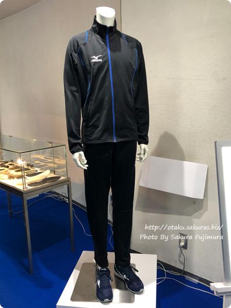 「ミズノ・ユーリ!!! on ICE コラボレーション展示イベント」東京会場 勝生勇利ウォームアップシャツとパンツ