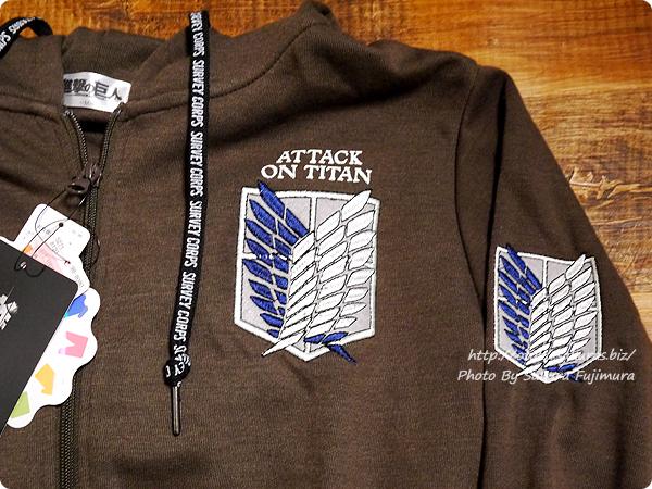 【進撃の巨人×しまむら】メンズアパレルコラボ メンズ ジップパーカ各種 ブラウン 調査兵団マークの胸元の刺繍
