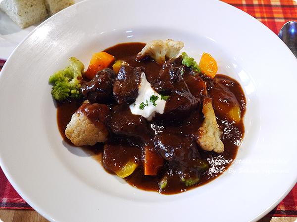 オークウッド メイン 和牛ホホ肉の赤ワイン煮と ジャガイモグラタン 4種のグリル野菜