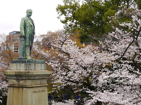 千鳥ヶ淵の品川子爵の銅像と桜