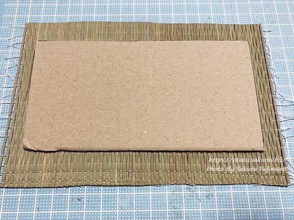 【ミニチュア畳作り】い草をダンボールよりも大きめ切る