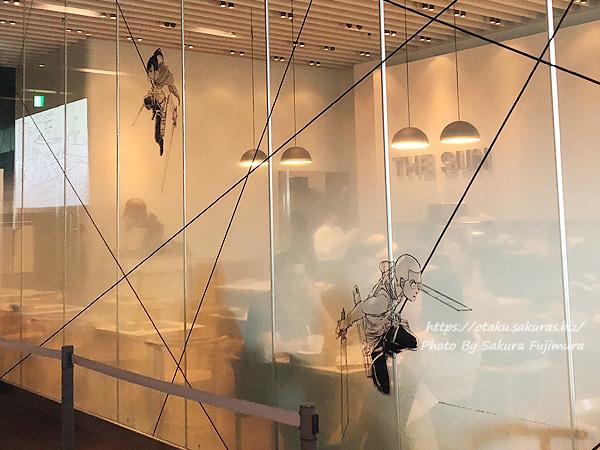 進撃の巨人展FINALコラボカフェ『リーブス商会カフェ in Cafe THE SUN』ガラスに印刷された調査兵団