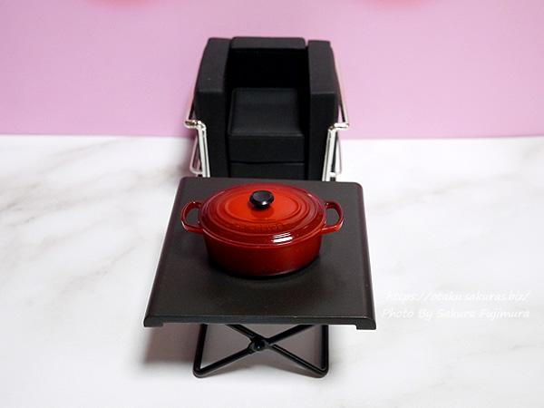 ファンケル×ダイドー「大人のカロリミット」はとむぎブレンド茶のペットボトルおまけ 『ダイドードリンコ オリジナル キッチンマグネット』ルクルーゼ ココット・オーバル ミニチュア 100均のテーブルの上に置いてみた